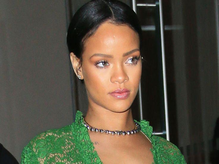 VIDEO Rihanna: une fan lui lance son soutien-gorge sur scène, elle répond avec humour - Voici