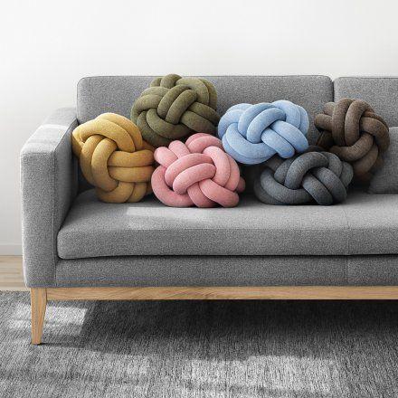 Es sieht aus wie ein überdimensionaler Knoten und es macht es sich gerne aufreizend auf Sofas, Stühlen oder in Betten bequem. Weihnachtsgeschenke für Frauen