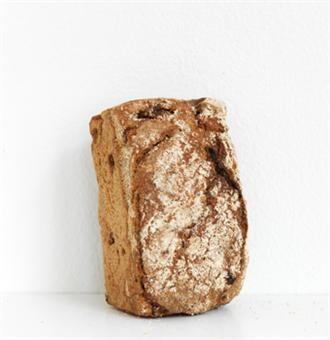 Frukt- och nötbröd  Järna vedugnsbageri  500 g  57 kr    Ett fullmatat bröd bakat på rågsurdeg, vetemjöl och dinkelfullkorn, torkade frukter, mandlar och valnötter. Ingredienser: Rågsurdeg, vatten, vetemjöl, dinkelfullkorn, russin, aprikos, solrosfrö, valnöt, mandel, jäst, kanel.