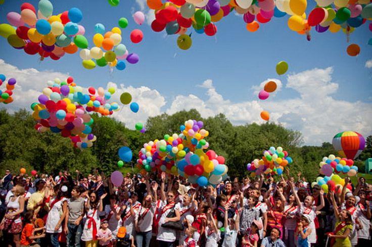"""Наши родители всегда в конце учебного года брали с собой шарики на выпускной. Тому подтверждение множество фотографий и видеосъемка их школьных годов. Мы привыкли, что они у нас ассоциируются с детством, свободой и чем-то радостным и счастливым. Украшения на такие школьные праздники, как 1-е сентября, день учителя, день знаний и выпускной, стали незаменимы, как цветы и подарки. Ими можно украсить класс, а фойе школы оформить аркой и дополнить все плакатами с кричащими фразами """"Прощай учёба""""…"""