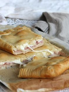La pizza con prosciutto e formaggio è una torta rustica veloce che si prepara e si cuoce nel giro di 30 minuti totali. Ottima anche da portare al mare.