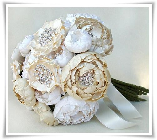 Vintag bridal brooches nestled among the flowers.: Idea, Bridal Bouquets, Brooches Bouquets, Fabrics Flower, Wedding Bouquets, Flower Bouquets, Weddings Bouquets, Silk Flower, Peonies