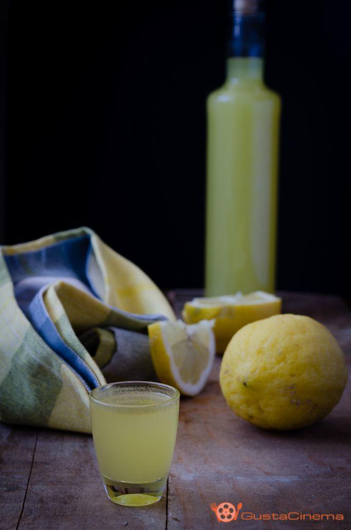 Limoncello fatto in casa è un liquore tipico della tradizione campana, preparato con i limoni della Costiera Amalfitana e Sorrentina. Ottimo da gustare freddo dopo i pasti o per la preparazione di dolci, macedonie o gelati.