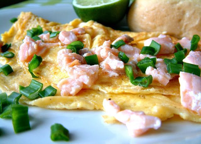 Qchenne-Inspiracje! Odchudzanie, dietoterapia, leczenie dietą: Puszysty omlet z wędzonym łososiem skropionym limonką i ze świeżym szczypiorkiem