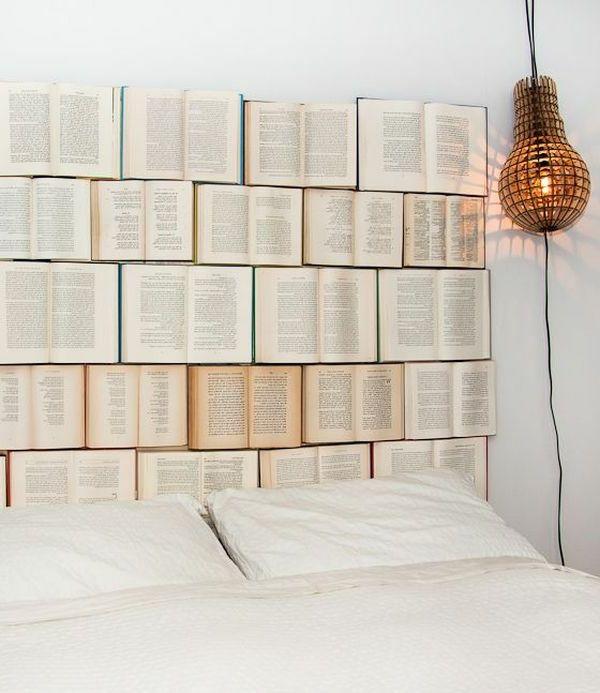 Kreatives Bett Design mit vielen Büchern statt Kopfbrett - Bett Kopfteil mit originellem Design für ein extravagantes Schlafzimmer