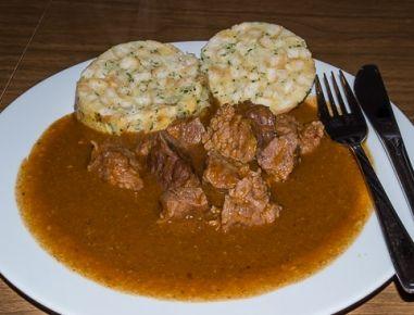 Für das Ofengulasch die Zwiebelwürfel im heißen Schweineschmalz bzw. Öl anrösten, Paprikapulver dazugeben und kurz mitrösten. Dann mit der Suppe