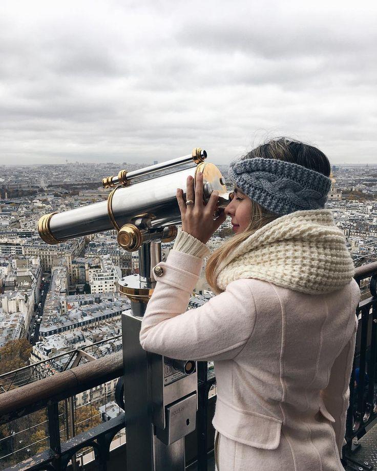 No segundo andar quase na metade da Torre Eiffel Muito lindo poder ver Paris aqui de cima  Dá para ver a maioria dos pontos turísticos  O melhor jeito de conhecer uma cidade é vê-la de cima #eurotrip #carolnaeuropa