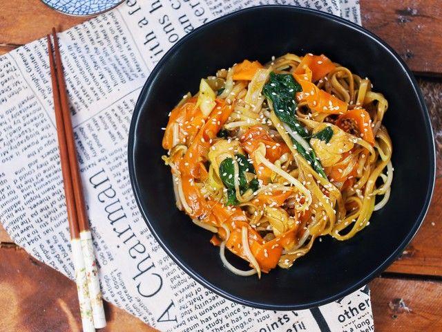 Kínai tésztavacsora 20 perc alatt: csirke chow mein