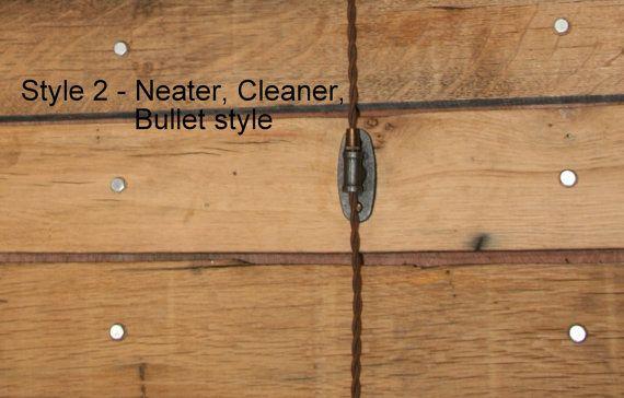 Industriële 4 katrol wiel met Pedant licht  9 vintage stijl doek gedekt snoer (300v) UL Listed Boulder Brass Socket (250 v/250w) Leeftijd leeftijd (leeftijd blik kan zeer) Komt zal Wall Cleat (koord tie uit) en een stekker op het uiteinde.  Beugel maatregelen 5-1/4 wide vanaf rand van mount aan rand van mount. En steekt uit de muur 5 van de muur tot waar de snoer hangt (zou meer dan of onder 1/2). Cage meet ongeveer 5 breed door 7 hoog. Lichte strand zullen ongeveer 9 van de st...