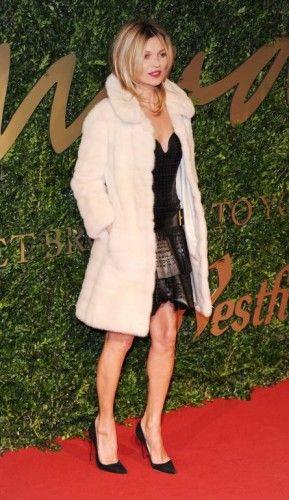 LOOK 1 Η Kate Moss στα Βρετανικά Βραβεία Μόδας την περασμένη εβδομάδα πραγματικά εντυπωσίασε με την edgy αντίθεση του στυλ της καθώς «ζευγάρωσε» το λευκό παλτό με το μαύρο δερμάτινο φόρεμα του οίκου Marc Jacobs πολύ κομψά. Επενδύστε σε αντιθέσεις βελούδο -δερμάτινο και ενισχύστε τη ροκ πλευρά του εαυτού σας.