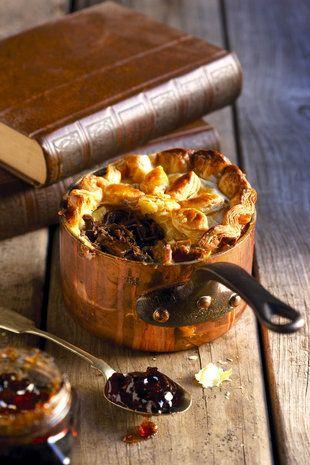 'n Springbok-pastei is altyd 'n wenner, soos dit 'n Springbok betaam! Sit voor met kweper- of appeljellie / Springbok pie with apple jelly, game pie