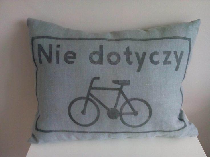 """Lniana poduszka rowerzysty """"Nie dotyczy"""" – kolor brudna mięta. Wymiary: ok 38x50cm. Ręcznie wykonane. Materiał: 100% len."""