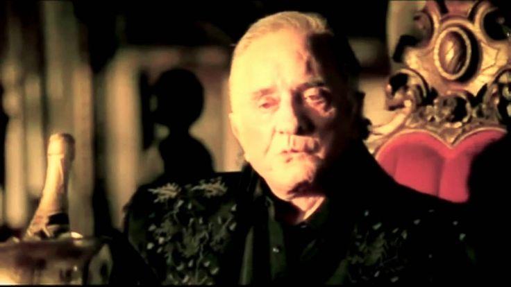 Johnny Cash maakte met zijn liedje 'Hurt' duidelijk dat hij aan het einde van zijn leven is gekomen. door te beschrijven hoe zijn vrienden sterven en hij zichzelf afbeeld in het Johnny Cash museum, verwijzend naar de loop van zijn leven. Ook verteld hij over zijn drugsproblemen en hoe hij hiermee heeft geworsteld.