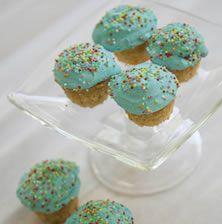 Αυτά τα cupcakes βανίλια είναι τόσο εύκολα όσο και νόστιμα. Δώστε τους ένα παιχνιδιάρικο τόνο διακοσμώντας τα με ότι χρώμα γλάσο σας αρέσει!