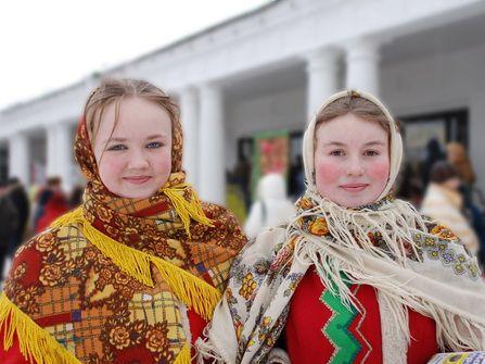 J'ai beaucoup de tendresse pour la culture russe, surement de par mes souvenirs d'enfants, mais voilà que je n'avais jamais fait de «véritables» blinis avec de la levure de boulanger. Au fil de mes recherches je suis tombée sur la jolie histoire d'amitié entre Mira et Annette dans les années 70 en URSS et …