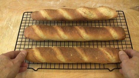 Sono sempre alla ricerca di ricette per fare il pane in casa senza l'impastatrice. Ne ho trovata una proprio bella per fare le baguette tipo francese in casa con impasto a mano e lievitazione lunga in frigo. Ne ho fatto una video ricetta per tutti gli appassionati ed appassionate del pane fatto in casa che non hanno l'impastatrice.