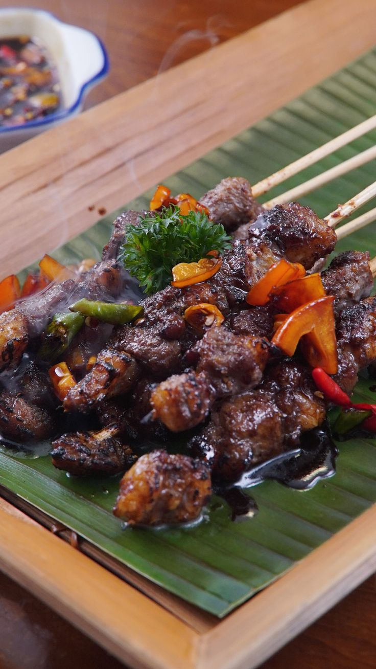 Sate khas Purwakarta, Jawa barat ini biasanya dibuat dari daging Kambing atau Sapi. Proses  marinasi, dan pemasakan sebelum dibakar membuat sate ini disajikan tanpa saus pendamping.