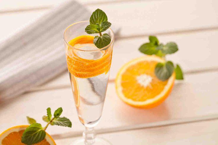 Koktajl z szampanem i tonikiem - wypróbuj sprawdzony przepis. Odwiedź Smaczną Stronę Tesco.
