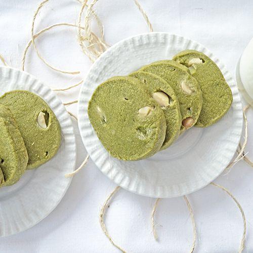 SABLÉS AU THÉ MATCHA ET CHOCOLAT BLANC  http://www.ratatouilleetcie.com/sables-au-the-matcha-et-chocolat-blanc/