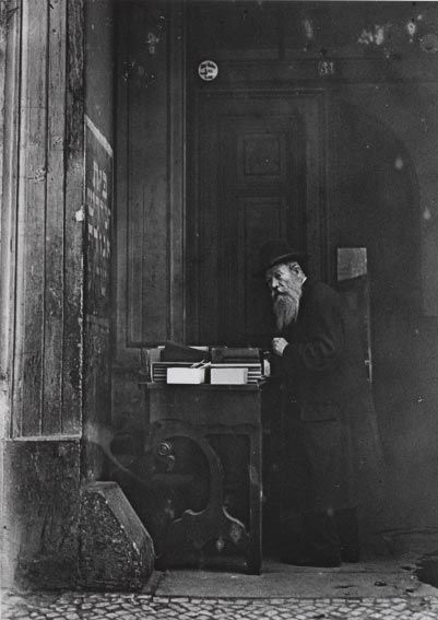 Selling religious books in the doorway of the Grenadier Road 31 Berlin (1928) © Eichwalde, Ernst Thormann image archive