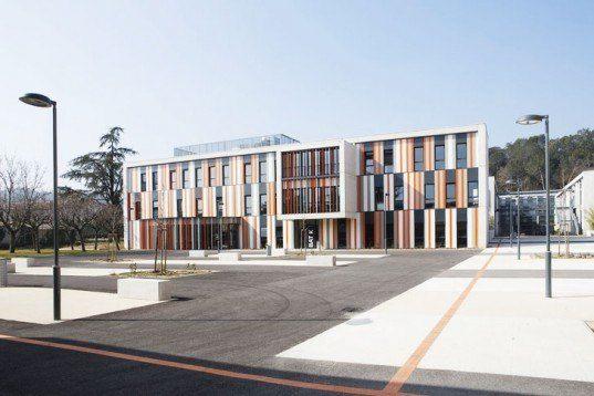 Die Albert Einstein High School verwandelt das hässliche Gebäude der 1960er Jahre in eine moderne Schönheit in Frankreich