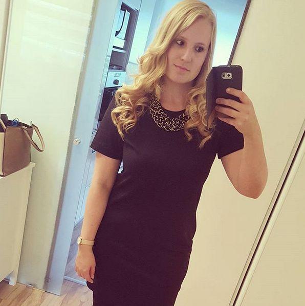 Schwarzes Kleid / Blackdress / Kleid / Dress / Statementkette / Statementpiece / Statement Necklace / Curly Hair / Hairstyle