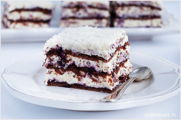 Ciasto princessa zebra to przekładaniec bez pieczenia. Krem śmietankowy z kokosem i białą czekoladą, jagody oraz przełożenie herbatnikami kakaowymi. Przepyszne i proste ciasto.