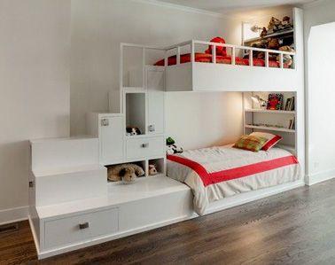 Une chambre blanche pour vos deux filles qui souhaitent avoir un espace perso dans la chambre qu'elles partagent ! Deux lits superposés prolongés par un bloc de meubles de rangement qui sert aussi d'escalier. Pour la tête de lit, un meuble bibliothèque montant jusqu'au plafond où chacune des filles peut avoir sa veilleuse et les objets préférés.