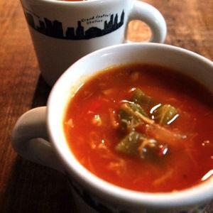 基本、トマト缶とホタテ缶で出来ちゃう「マンハッタン・クラムチャウダー」 by ヤスナリオさん   レシピブログ - 料理ブログのレシピ満載! カットトマト缶とホタテ缶、あとは、ベーコン、たまねぎ、じゃがいも、ピーマンなどなど、好きな野菜を煮込んじゃえば出来ちゃう、マンハッタン・クラムチャウダー。貝のうまみと風味をカンタンにたっぷり出すならば...
