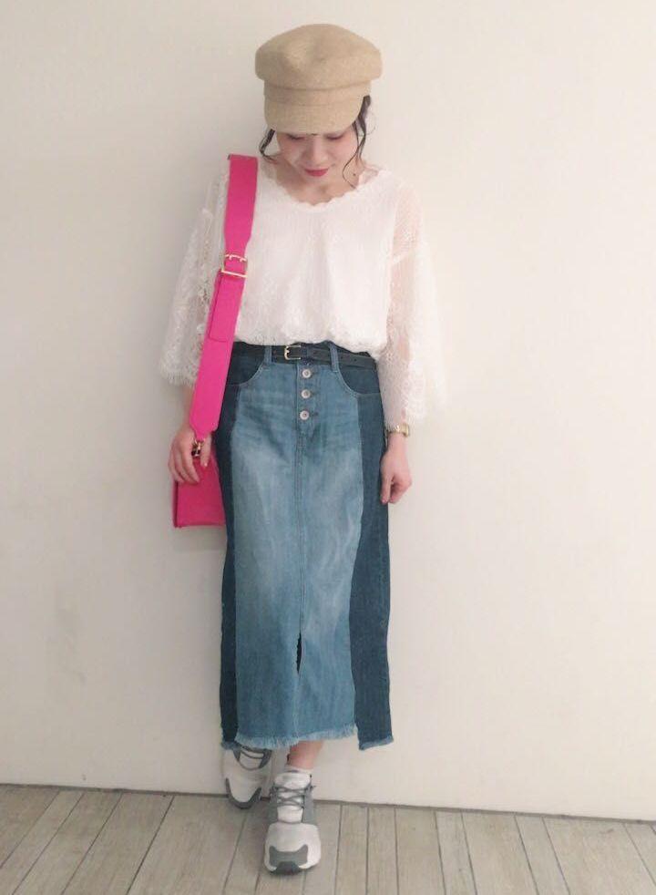 リメイク風デニムスカート カラーの切替が印象的なデニムスカート。ひざ下丈なのでカジュアルすぎない大人な着こなしになりオススメです。