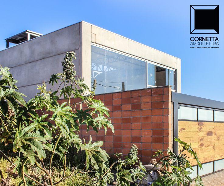 Casa pré-fabricada em concreto aparente e vidro. #cornetta #arquitetura #prefab #premoldados #concretoaparente #casasmodernas