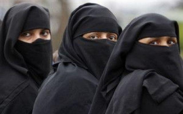 Burqa e niqab vietati negli ospedali e negli uffici pubblici.Al via la proposta in Lombardia Burqa e niqab vietati negli ospedali e negli uffici pubblici.Al via la proposta in Lombardia.Le donne musulmane, potrebbero dover rinunciare ad indossare il burqa e il niqab negli uffici pubblici reg #burqa #niqab #musulmani