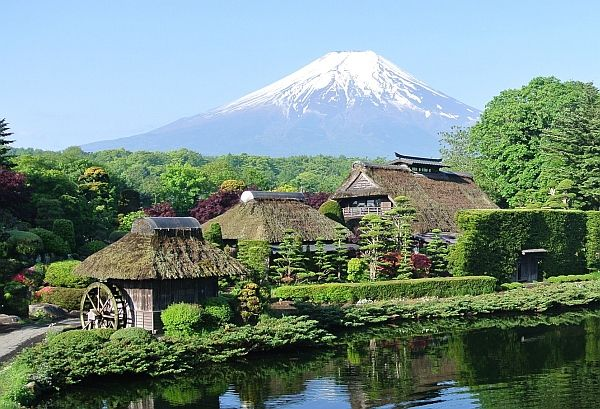 忍野八海から望む富士山 https://www.google.co.jp/maps/place/%E5%BF%8D%E9%87%8E%E5%85%AB%E6%B5%B7/@35.4041269,138.8302,12z/data=!4m2!3m1!1s0x0:0x163aa46bb0af9f71