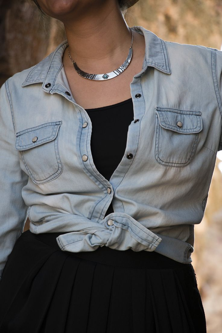 SimplySory fashion blog: falda larga negra, camisa vaquera, canotier, converse blancas. Black maxi skirt, denim shirt, canotier, white converse. Combinar falda negra, combinar camisa vaquera, colgante