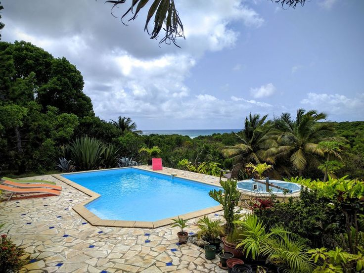 Colonial-style villa overlooks a lush enclosed tropical garden and enjoys a beautiful view of the sea. Facing south, pleasantly ventilated by the trade winds, it has a large swimming pool, a pool and access to the ...
