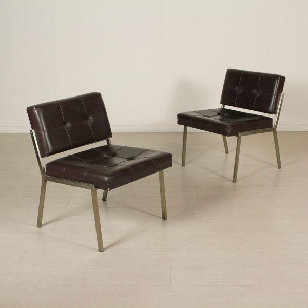 Coppia di sedie; metallo, imbottitura in espanso, rivestimento in similpelle. Discrete condizioni; presentano alcuni segni di usura.