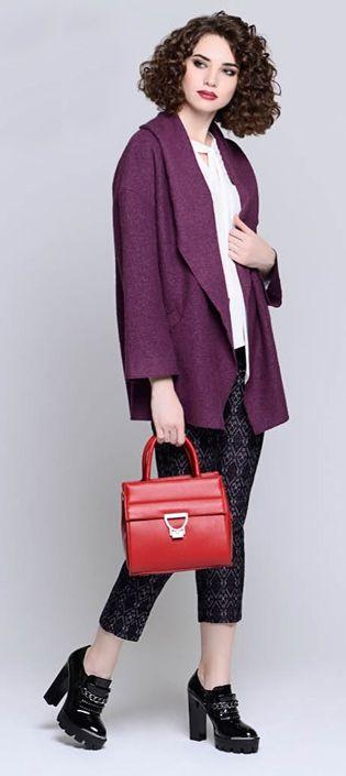 Фиолетовое пальто, белый верх, черные брюки, красная сумка, черные ботильоны