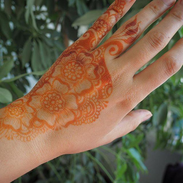 My orange stain will magically turn into a brown one in the next 48 hours 😉 świeży tatuaż z henny jest zawsze pomarańczowy - musi się utlenić w ciagu dwóch dni, żeby zbrązowieć 😊  #henna #hena #hennatattoo #hennastain #hennahand #hennaflower #paisley #flower #tattoo #tatuazzhenny #temporarytattoo #torun #toruń #bydgoszcz