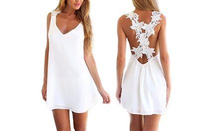 Deze elegante zomer jurk is simpel én klassiek, perfect voor warme avonden en dagjes op het strand.