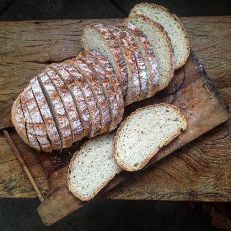 """""""Testando: com 20% de polvilho de mandioca. Sim, é possível diminuir o uso de trigo. Aqui,  só pra testar, um pão simples com 10 g de fermento biológico…"""""""