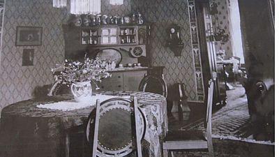 Dobová fotografie ilustruje původní uspořádání nábytku.