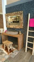 Teak houten wasmeubel met een natuurstenen kom. Prachtige natuurlijke materialen. Gezien bij Astra Badkamers&Tegels te Woerden