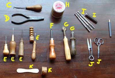http://www.trollcalibur.com/node/6242 C : un « truc pour corset », ça sert à resserrer les lacets de corsage, je m'en sert pour resserrer la couture. C'est plutôt gadget quand on a pas de longs laçages ou de longues coutures accessibles à resserrer. D : une pince, quand vous n'arrivez pas à retirer l'aiguille, la pince évite les efforts inutiles et les accidents! E : les alènes pour percer le cuir. Différents modèles. Notez celui de gauche : Rougier & Plé et celui de droite, qui a un…