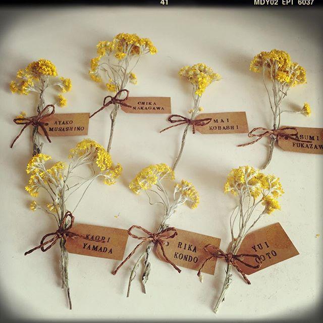 今日は東京パーティの席札作り 女子はsweetなお花、男子はspicyなシナモンスティックをベースに お花 はミモザのドライフラワー 花言葉が「友情」なので、友人だけのパーティにぴったりかな #席札 #アナログ人間 #スタンプが精一杯 #ミモザ #プレ花嫁 #福岡花嫁 #2016swd #第3期ジュニアアンバサダー