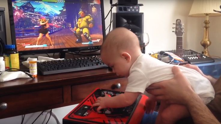 Смотрите как 6-ти месячный ребенок играет в Street Fighter 5