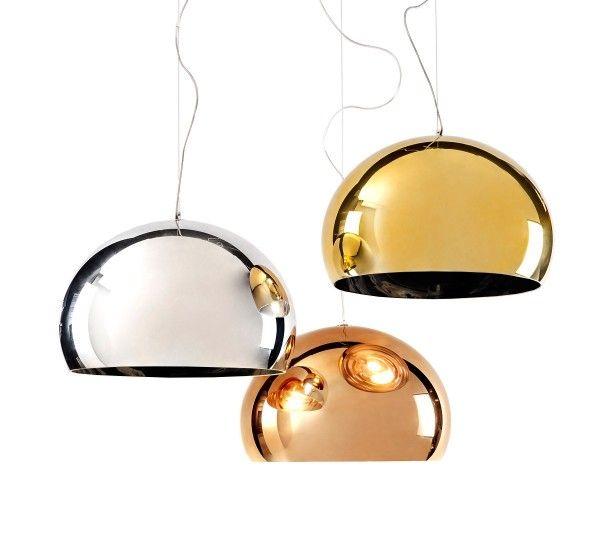 FL/Y è una lampada a sospensione di Ferruccio Laviani per Kartell. Realizzato in PMMA color Rame, Cromo e Oro. FL/Y è una lampada a sospensioneessenziale. La particolare forma sferica ricorda l'idea di una bolla di sapone, cangiante ai riflessi della luce. Oggi Kartell la propone in una versione preziosa, i bagliori del rame s'incontrano con i raggi della sorgente luminosa per creare magiche atmosfere. Sorgente Luminosa: E27 IBA - max 25 Watt (non inclusa) Attenzione: L'interno delle…