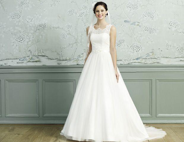 Das Brautkleid von LILLY überzeugt mit edler Spitze und Transparenz ...