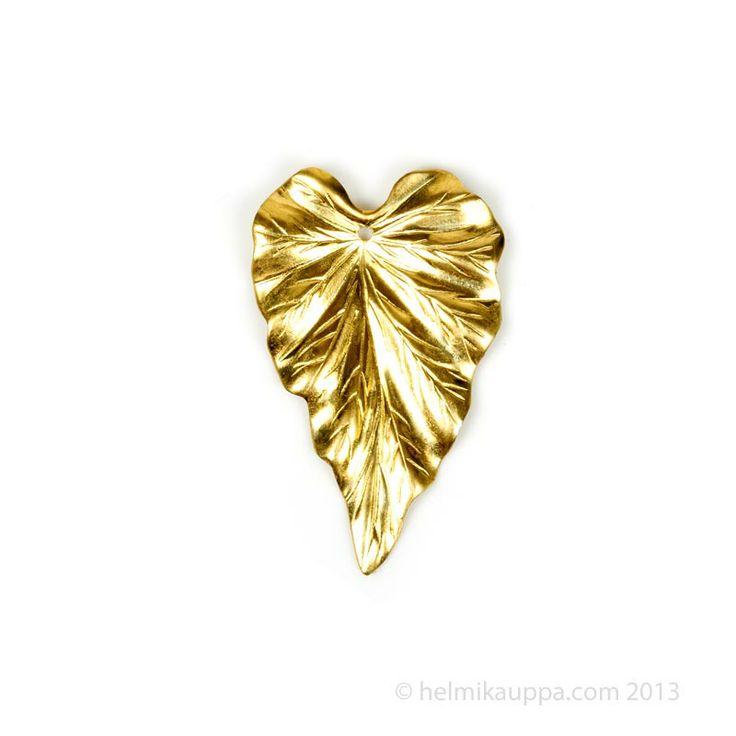 Trinity Brass lehtiriipus, 23 x 37 mm [detailed leaf pendant], raw brass. Käsittelemätöntä messinkiä. Patinoi, värjää tai maalaa itse!