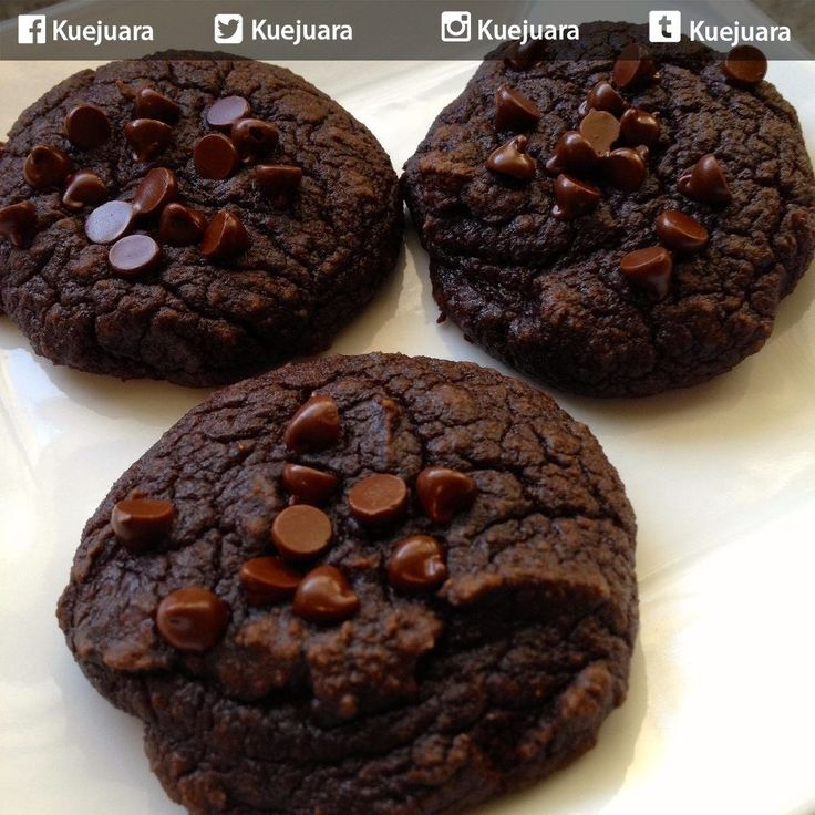 Tag Keluarga atau teman kamu yang pengen kamu ajak ngemil... Kalau suka like ya... :D ------------------------------- Resep Kue Kering Dark Chocolate Cookies ------------------------------- Bahan-bahan 200 gr dark chocolate 1 bungkus marie biskuit sprinkel 1 bungkus minicup  Langkah-langkah potong 1 biskuit menjadi 8 bagian. kemudian. lelehkan coklat dalam mangkok stainless di atas wadah berisi air dengan api sedang. setelah coklat meleleh lalu angkat. celupkan potongan biskuit kedalam…
