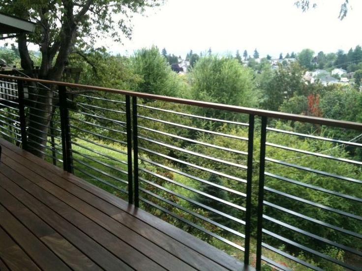 garde-corps en métal pour la terrasse en lames en bois foncé